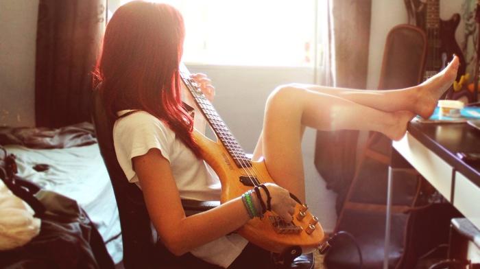 гитара, ноги вверх, девушка, рыжие, солнечный свет, босиком