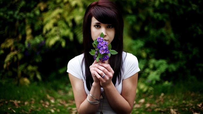 модель, девушка, кольца, природа, снежные вершины, темные волосы, цветы, смотрит в глаза, лицо, длинные волосы