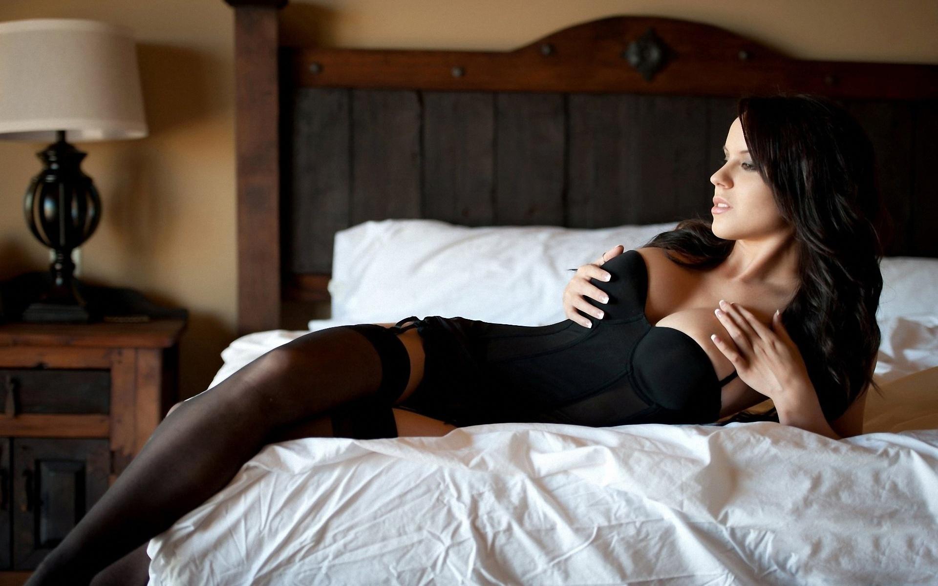 Сексуальные девушки на кровати фото 1 фотография