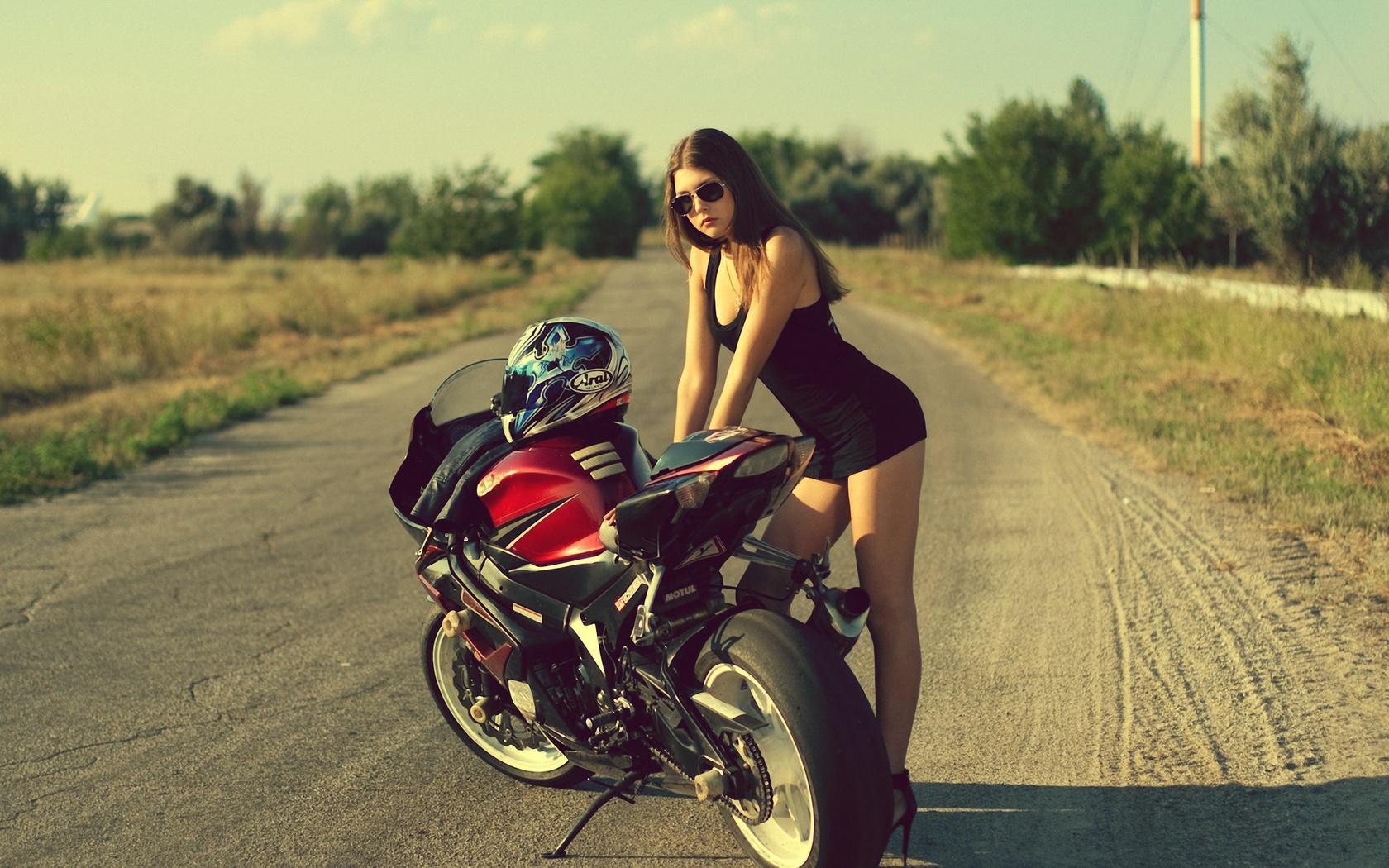 kartinki-devushki-vozle-mototsiklov