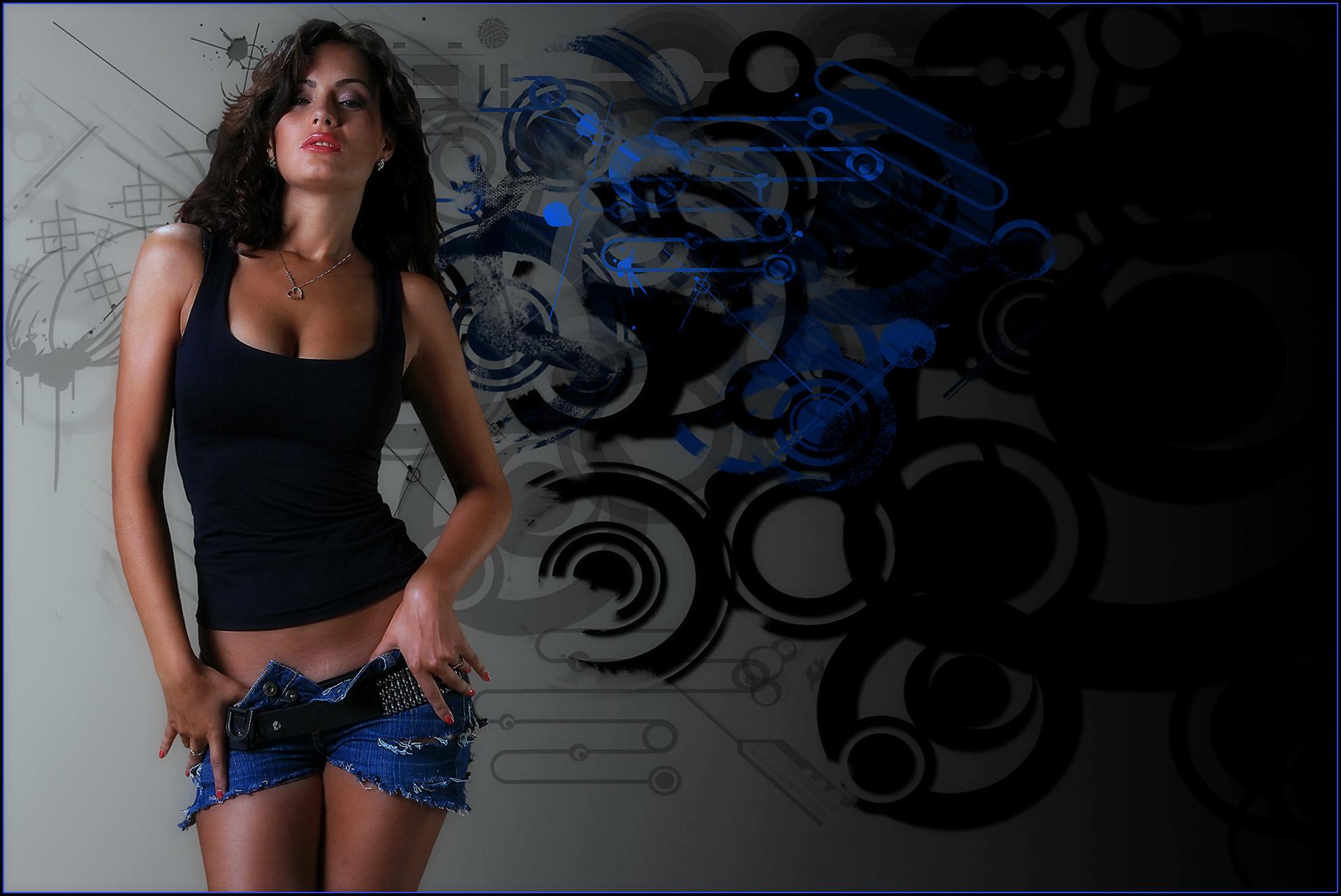 Сексуальна девушка в черных джинсах и синей футболке фото 23 фотография