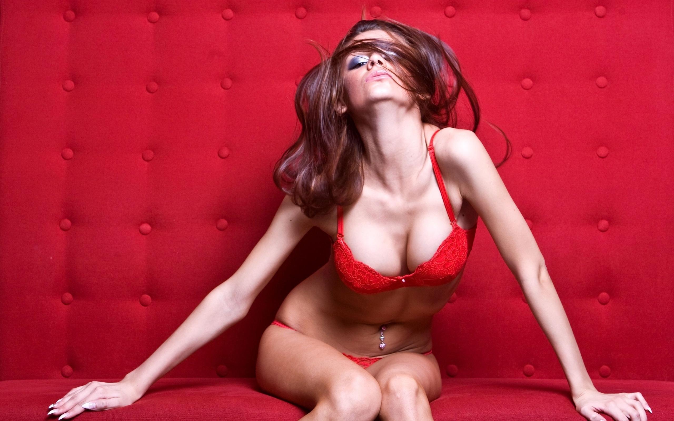 Сексуальная девушка в красном абсолютно