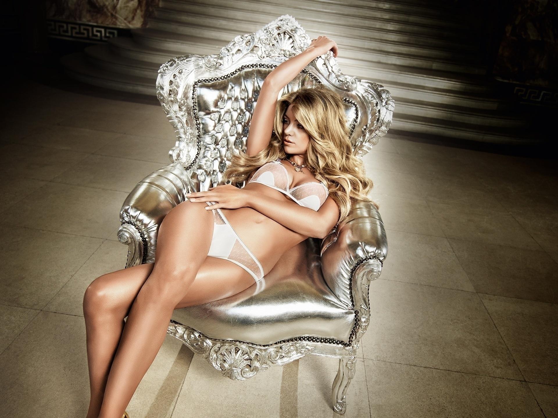 Фото блондинок в кресле 7 фотография