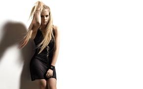 блондинка, браслеты, ножки, Аврил Лавин, черное платье
