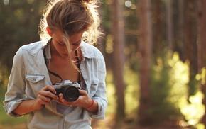 девушка, камера, природа, глубина резкости, лес