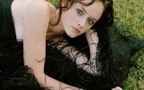 лежа, девушка, голубые глаза, черное платье, веснушки