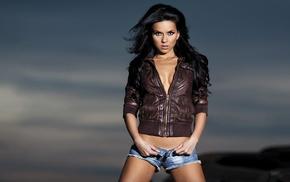 куртка, расщепление, джинсовые шорты, темные волосы